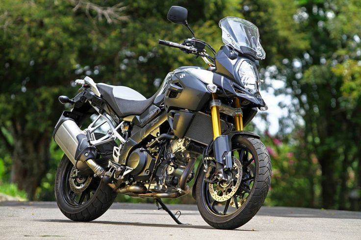"""Top10 - Motos nacionalizadas Suzuki V-Strom 1000 No ano passado, outra bigtrail de renome que passou a ser montada no País é a V-Strom 1000. Lançada no mercado europeu em 2013 a moto foi nacionalizada cerca de um ano depois para brigar em um segmento muito disputado no Brasil. Com design agressivo e o famoso """"bico"""" dianteiro na carenagem a moto tem propulsor de dois cilindros em """"V"""" de 1.037 cm³ e preço sugerido de R$ 49.900."""