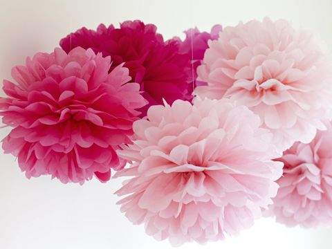 Ces petites fleurs en papier de soie décoreront à merveille votre table de fête ou vos paquets cadeaux. Suivez le pas à pas de notre créatrice pour les créer en deux temps, trois mouvements.   ...