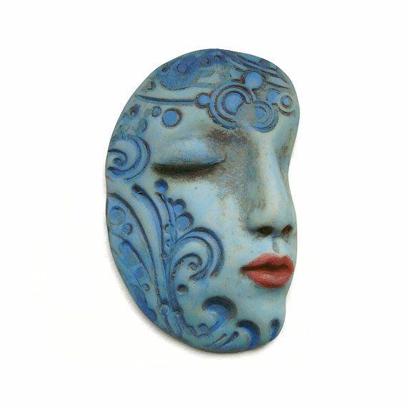 La máscara para la persona que estrecha fuerte los tiempos