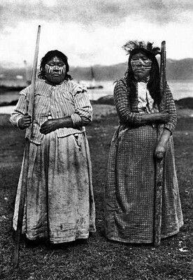 Catálogo patrimonial - Los verdaderos símbolos patrios de Chile.1920. Yámanas ritual funebre.