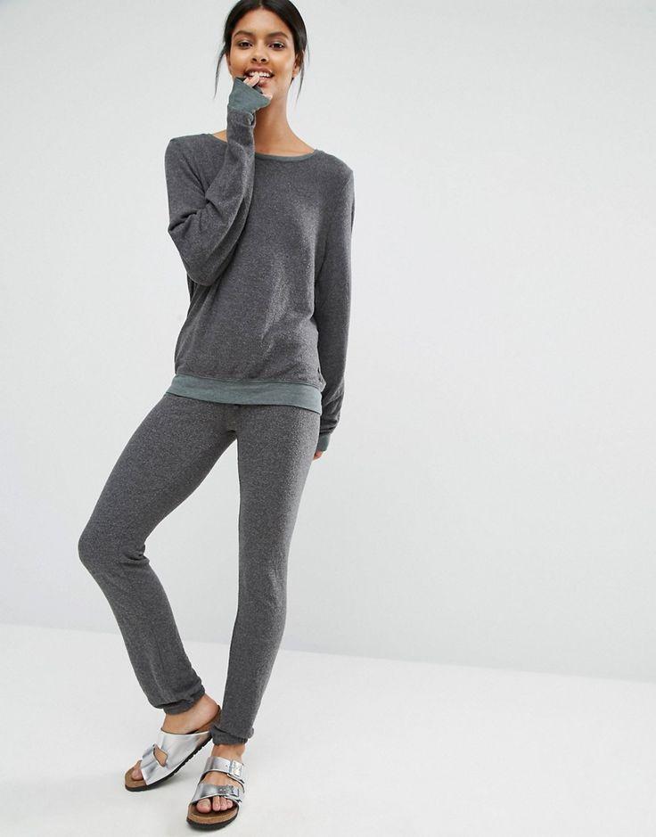 ¡Cómpralo ya!. Joggers grises Malibu de Wildfox. Pantalones de chándal de Wildfox, En un acabado de punto suave al tacto, Cinturilla con cordón ajustable, Puños ajustados, Corte estándar - se ajusta al tallaje real, Lavar a máquina, 47% poliéster, 47% rayón, 6% spandex, Modelo: Talla UK S/EU S/USA XS; Altura de 175 cm/5'9. ACERCA DE WILDFOX La marca de moda de Los Ángeles Wildfox ofrece camisetas y jerséis estampados de inspiración vintage de primera calidad diseñados por dos ami...