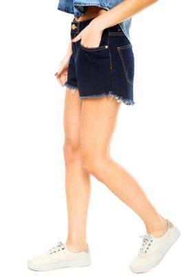 Short Jeans Coca-Cola Jeans Barra Desfiada Azul, com barras desfiadas, ferragem do nome da marca, cinco bolsos sendo um falso, cinco passantes, fechamento por zíper e botão. Possui modelagem hot pant.Confeccionado em jeans 100% Algodão.Medidas: Cintura: 64cm / Qaudril: 82cm / Gancho: 26cm / Comprimento: 35cm. Tamanho: 36.Medidas da modelo: Altura 1,76m/ Busto 84cm/ Cintura 63cm/ Quadril 88cm.