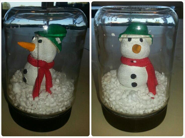 Glazensneeuwbol Sneeuwpop van klei in deksel van de glazenpot plakken. Van piepschuim sneeuw maken en in de glazenpot doen. Glazenpot dicht draaien en klaar is je glazensneeuwbol!