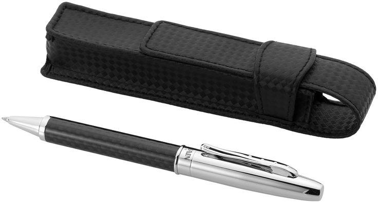 Balpen. Balpen van koolstofvezel en metalen draaivorm. De pen wordt geleverd in een speciaal ontworpen pennenzakje in een Balmain geschenkverpakking ( 15 x 3.2 x 2.3cm), voor dat extra luxe gevoel voor wie dit als geschenk krijgt. Exclusief design.   Graveren - 6 mm x 30 mm - BP clip - top right / On cap between left & right edge