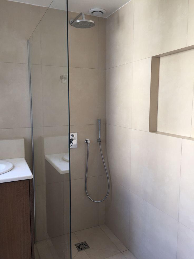 Une salle de douche de plein pied dans les tons Pierre et bois