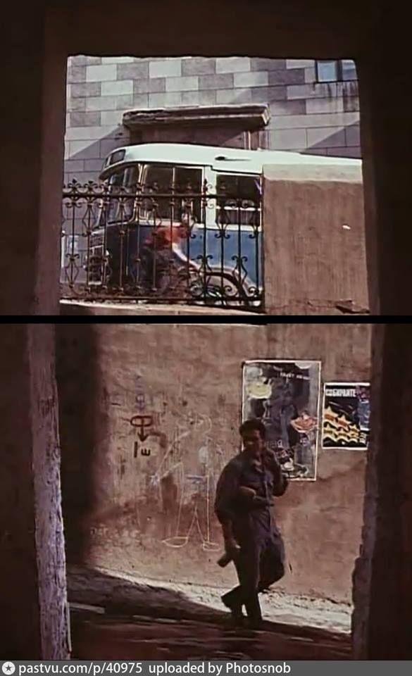 Это удивительный кадр, в котором и кино, и история Москвы, и красивая легенда. В 1960 году студент Андрей Тарковский снимает дипломный короткометражный фильм «Каток и скрипка». Действие этой очень тонкой и лиричной картины разворачивается в уютных московских дворах и переулках. Эту сцену, например, снимали из окна уже давно снесённого дома на Котельнической набережной, и по легенде вот этого человечка на стене нарисовал сам Тарковский, стремясь максимально «насытить» кадр.  Через год фильм…