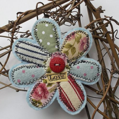 Brooch - just beautiful: Flowers Pin, Brooches Fabrics, Art Quilts Inspiration, Fabrics Flowers Brooches, Easy Fabrics Flowers, Fabrics Brooches, Spring Flowers Fabrics, Felt Flowers Brooches, Crafty Ideas