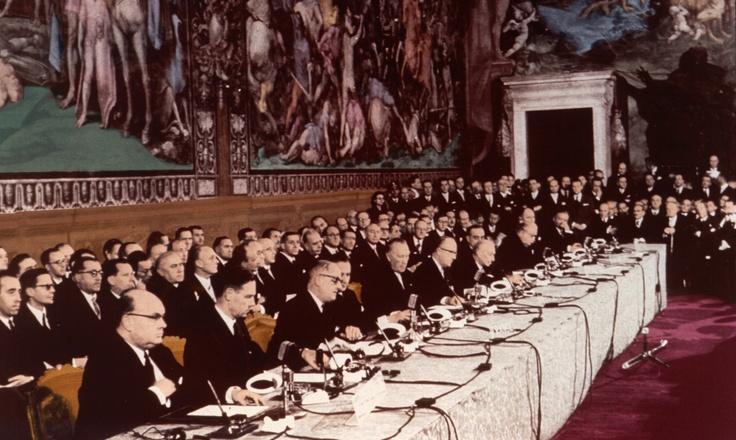 Firma del Tratado-de-Roma. Los Tratados de Roma firmados el 25 de marzo de 1957, son dos de los tratados de la Unión Europea. Ambos tratados fueron firmados por Alemania Occidental, Bélgica, Francia, Italia, Luxemburgo, y los Países Bajos.  El primero estableció la Comunidad Económica Europea (CEE) y el segundo estableció la Comunidad Europea de la Energía Atómica (CEEA o Euratom)