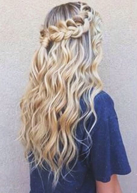 Wavy hair with braid #gorgeoushair https://www.facebook.com/shorthaircutstyles/posts/1720071531616620