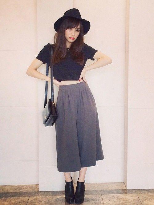 ガウチョパンツやふんわりスカートなど、ボリュームのあるボトムスとも相性がいいのが、この短めTシャツ。