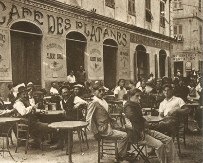 Café des Platanes - Géré par la famille Luciani, artisan-glacier, depuis trois générations, le Café des Platanes est idéalement situé sur la Place Paoli à l'ombre de platanes centenaires. Vous pourrez profiter d'une superbe terrasse située à moins d'une minute à pied de la plage, en plein centre ville. A l'heure de l'apéro, après la plage, après souper ou pour un café sur le pouce arrêtez-vous dans ce café glacier d'exception.