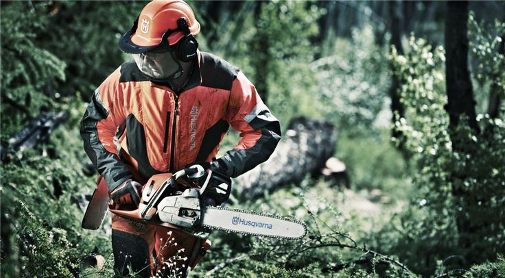 If you are inexperienced with using a chainsaw it is better to pick a lighter version, since they are easier to handle. Professional users, working full days in the forest, will of course also appreciate a low weight chainsaw.