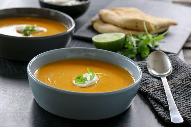 Lyst på et supperåd? Ja, da bør du prøve denne smakfulle og mettende suppen med søtpotet, gulrot og eple – som har fått selskap av blant annet spicy smaker som chili, ingefær og hvitløk.