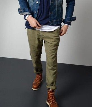 Look de moda: Chaqueta Vaquera Azul Marino, Jersey con Cuello Barco Azul Marino, Camiseta de Manga Larga Blanca, Pantalón Chino Verde Oliva