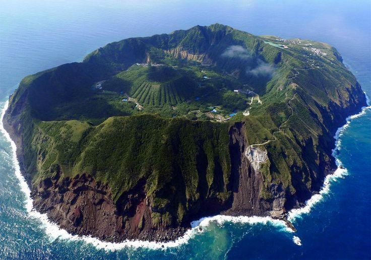 選ばれし者だけが上陸可能!東京の秘境「青ヶ島」に隠された絶景と数々のミステリーをご紹介いたします。