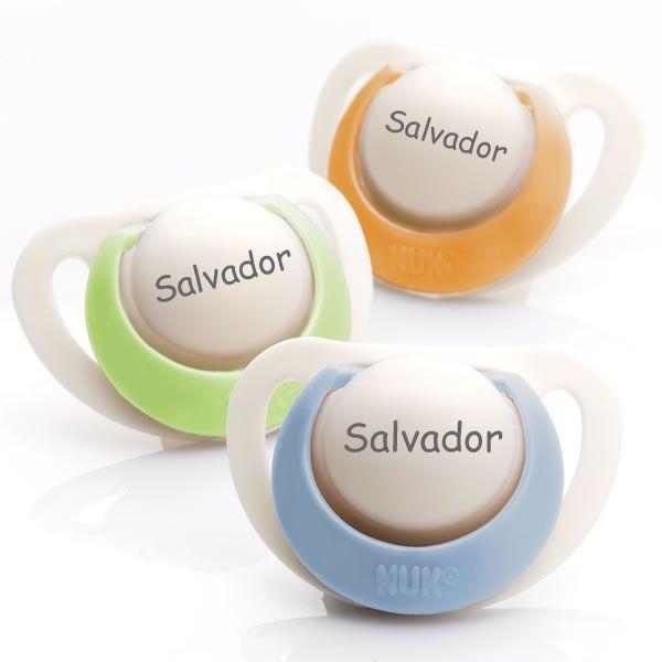 Chupetas NUK Genius em silicone. Pack composto por 3 chupetas (1 azul, 1 verde e 1 laranja). Disponível em 3 tamanhos para bebés dos 0 aos 36 meses!