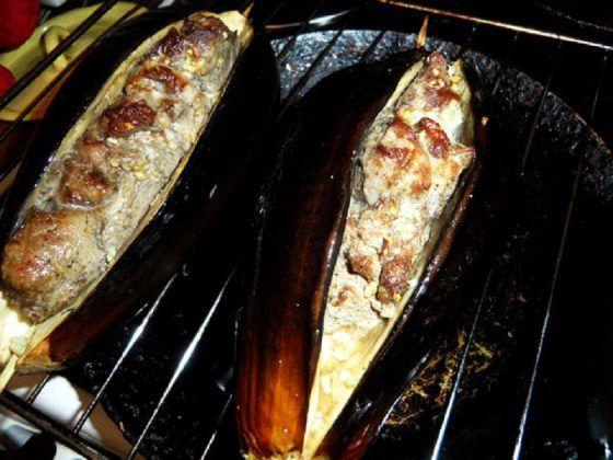 Нереальное блюдо! Раньше настоящий грузинский шашлык готовили из бараньего мяса на костре. Современные грузины часто вносят изменения в оригинальный рецепт. Шампуры они заменяют шпажками или виноградными прутьями, костер...