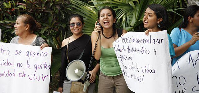 Stå upp för flickor och kvinnors rätt att själva bestämma över sin kropp och sina liv! Skriv under ochkräv att totalförbudet i El Salvador skrotas och att flickor och kvinnor, som ett minimum, får tillgång till säker och laglig abort då: deras liv eller hälsa hotas graviditeten är ett resultat av våldtäkt fostret är livsodugligt …