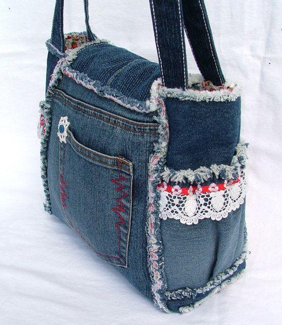 Cet belle et unique petit denim patchwork sac à bandoulière est fait de jeans en…