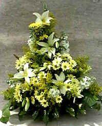 Groot bloemstuk maken voor vergaderzaal, altaar of inkomhal - Bloemschikken met witte bloemen in gesloten driehoeksschikking