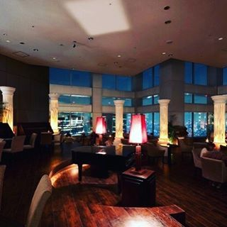 Instagram【makosuzuki.happyfairy】さんの写真をピンしています。 《東京 都庁の展望台レストラン 天空のバー&ダイニング 夜景が良いですね デートにお勧め⭐️ #東京デート #都庁 #夜景》