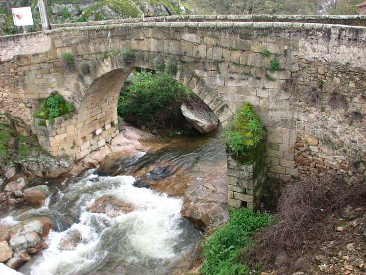 Puente sobre el Arroyo de Avid. Aquí se puede considerar que empieza el barrio judío, llamado gótico, de Valencia de Alcántara que le vale el reconocimiento de Conjunto Histórico a esta bellísima población fronteriza cacereña.