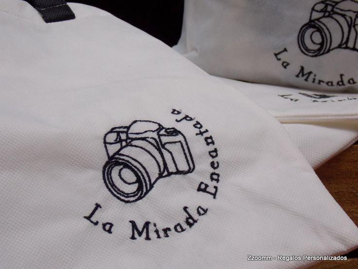 Bolsa reutilizable, bordada con logo comercial. https://www.facebook.com/Zzoomm.regalospersonalizados