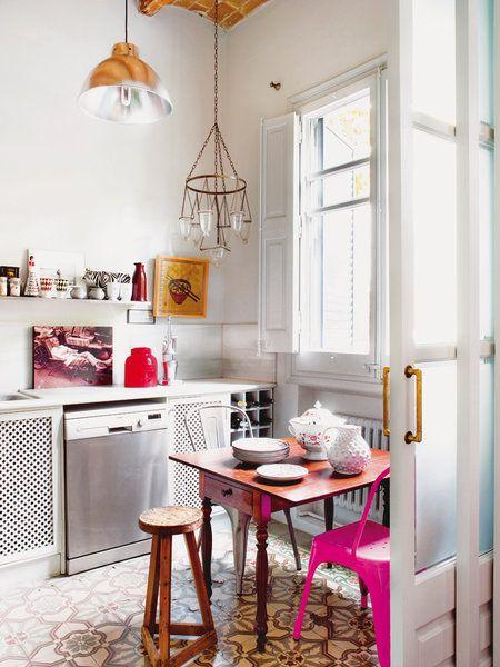 Una cocina con office de de estilo retro, en blanco, de http://www.micasarevista.com/cocinas/cocinas-comodas-familiares