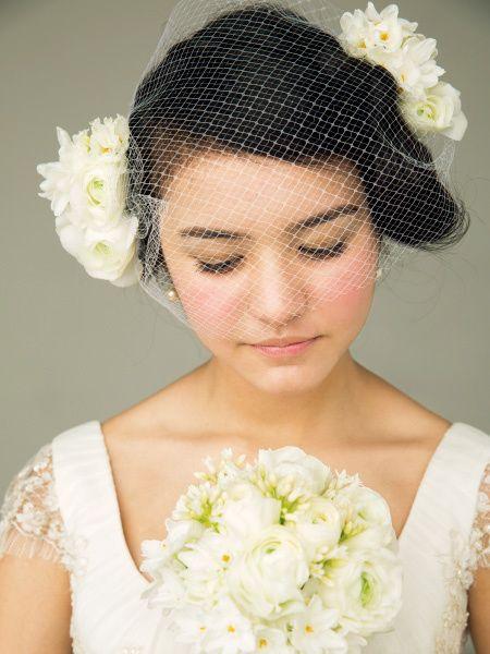 チュールをプラスした個性的な組み合わせでクラシックな白花スタイルに/Front|ヘアメイクカタログ|ザ・ウエディング