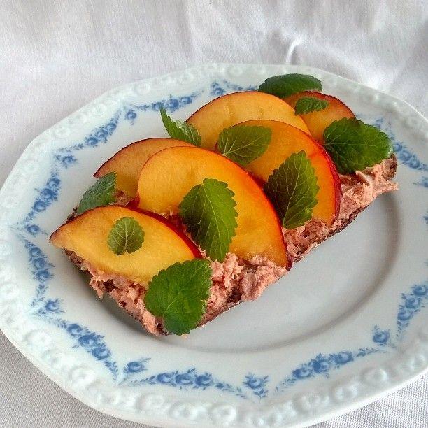#Pate on finnish #rye #sourdough #bread fresh #peaches #mäckish #leverpastej #persikor #rågbröd #levain