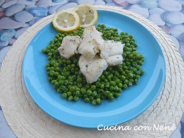 L;halibut al limone su pisellini primavera è un secondo piatto di pesce accompagnato dal contorno di pisellini, primizia della primavera. I sapori freschi
