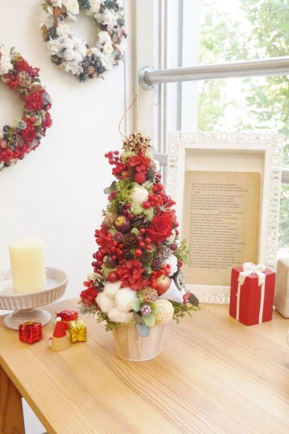 今年のクリスマスツリーはお花や実がたっぷり、華やかで可愛らしいツリーに仕上げました。サイズ 高さ約30センチ花材 バラ、アジサイ、ペッパーベリー イモーテ...|ハンドメイド、手作り、手仕事品の通販・販売・購入ならCreema。