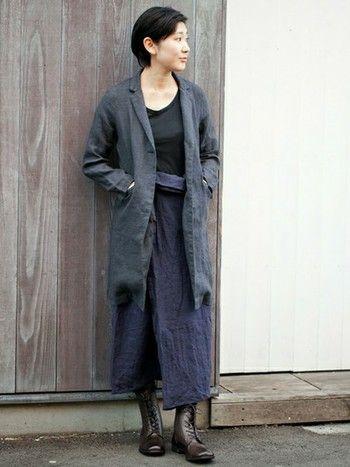 リネンのジャケットとスカートに、ブーツを合わせてきりっとした雰囲気のリネンコーデ。ナチュラルなイメージですが、こんな雰囲気も素敵です。