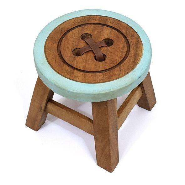 ボタンスツールの子供用椅子。深みのある色合いで耐久性のあるアカシア材を使用しているそう。座面の柄は1つ1つ手作業で丁寧に彫られている。