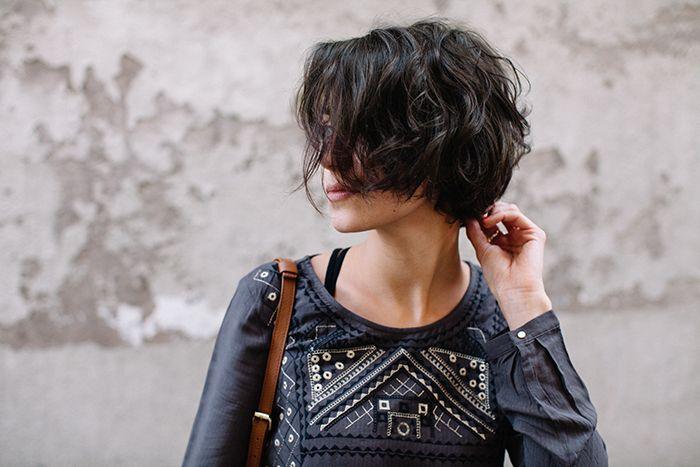 Cheveux courts et bouclés
