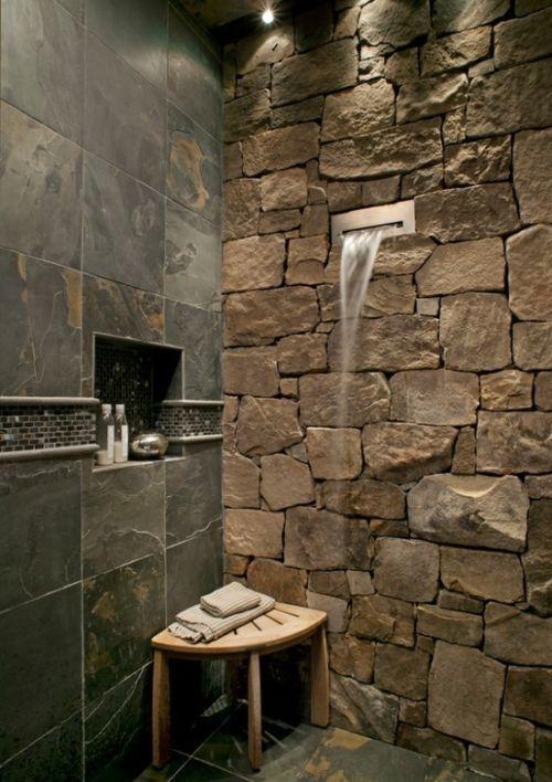 Dusche mit Steinen und Wasserfall