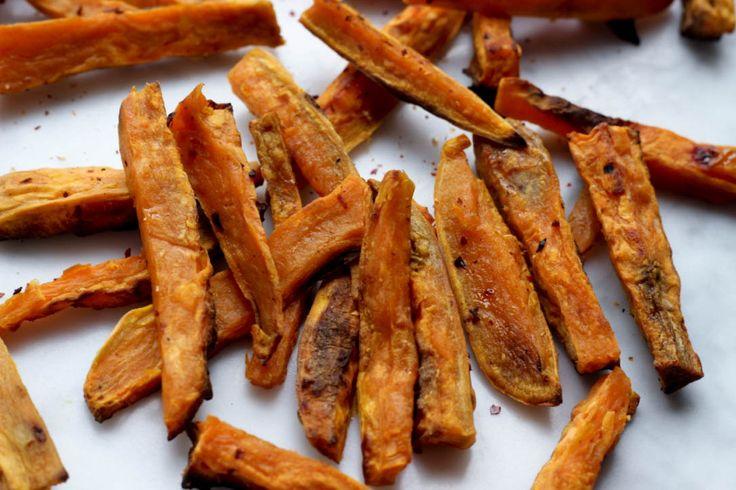 zoete aardappel oven frietjes uit de oven zijn easy om te maken. Net zoals bij de pastinaak heb je eigenlijk alleen wat olie nodig en verschillende kruiden