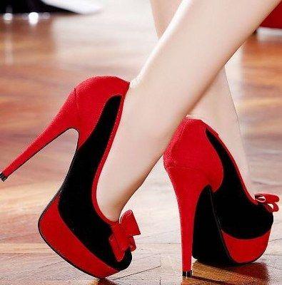 Hiç şüphesiz kırmızı aşkı her kadın için başkadır. Bir kadına kırmızı giymek çok yakışır. Bu yüzden her sezonda rahatlıkla platformlu kırmızı bayan ayakkabı modellerini bulabilirsiniz. Bu sezon süet, rugan, deri ve daha birçok platformlu ayakkabı modelleri yer almaktadır. Kırmız renkli yüksek topuk platform ayakkabılar arasında ön kısmında metal baskılar çok dikkat çekiyor. İster zarif, ister
