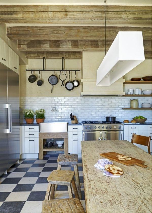 Rustikale Küche Geschirr hängend Küchenrückwand mediterran Hocker-Terrakotta Fliesen-Balken Kochinsel