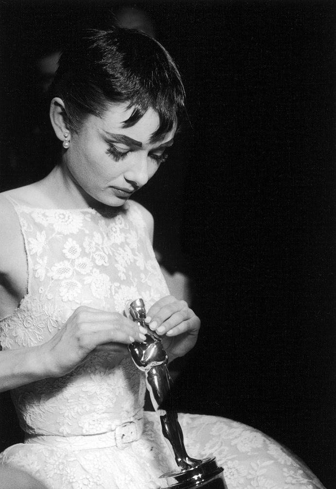 Audrey e seu Oscar por A Princesa e o Plebeu (Roman Holiday).