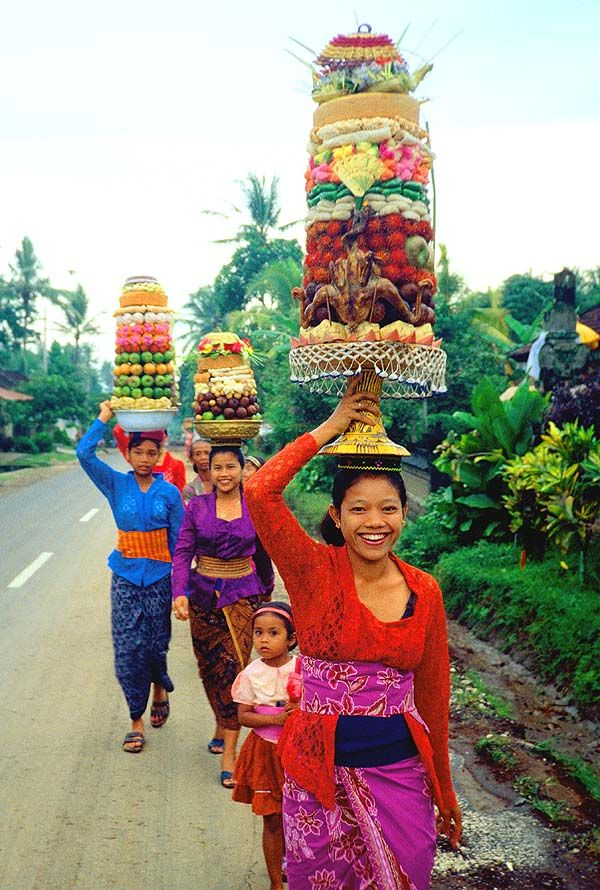 A perfectly normal sight, Beautiful woman and children carrying offerings, I have some of those outfits, should I wear them in Hollywood? ;)