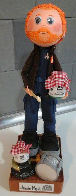 Muñecos Goma Eva. EXPIRUCHAS: Jesús Mari con su trabajo y su caja de música