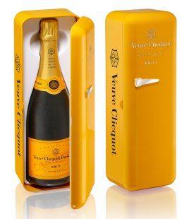 """Un packaging dit secondaire, original, ludique et unique. Si objectivement sa fonction est la protection bouteille de champagne, symboliquement, ce packaging a un impact visuel fort, qui le différencie et et l'identifie clairement: """"mini-frigidaire"""" aux couleurs de la marque,un style vintage et épuré, gage de caractère et d'authenticité. L'imaginaire du consommateur est stimulé, qualifiant un produit frais, convivial par sa couleur, qui inspire la curiosité, et également facile à…"""