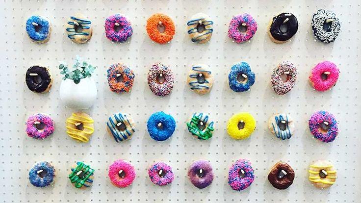 Als je dit eenmaal gezien hebt, kan je feest niet zonder. De donutwall is ontzettend populair en helemaal ingeburgerd in Amerika. Ook Europa is hij steeds vaker te zien. Met name op bruiloften is de muur met donuts erg populair. Het concept ook heel makkelijk te maken en het is hartstikke origineel. Wat je zeker …