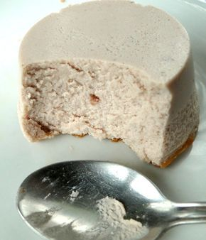 yogurt + protein powder = healthy cheesecakes 131 kcal, 23.5 g protein, 6.5 g carbs 1 cup of fat free Greek yogurt – 3 tbsp of vanilla whey protein powder – 2 tbsp of casein protein powder – 1/2 cup of unsweetened almond milk