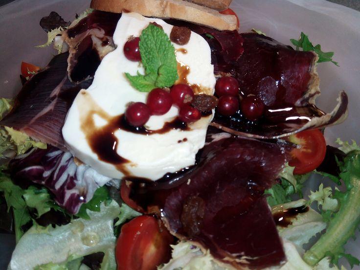Ensalada de cecina y mozarella con frutos rojos