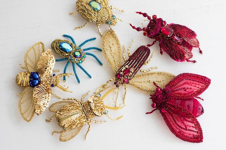 Интересно, почему так. Как лето, все, брошки @eveanders не продаются. И вроде товар не сезонный, и вроде люди, кто позволяет себе их, не экономят в пользу отпуска... Но тем не менее, продажи брошек сильно падают. Возрастает спрос на одежду, а брошки ждут. Есть идеи, почему? #eveanders #brooch #embroidery