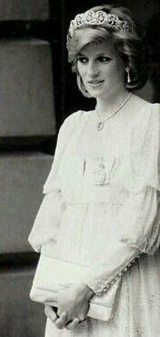 VERY BEAUTIFUL PRINCESS DIANA ENGLAND'S ROSE♥ SHE IS AT HER MOST BEAUTIFUL STATE BEING PREGNANT WITH PRINCE HARRY LOVE THIS BEAUTIFUL PICTURE OF HER♥