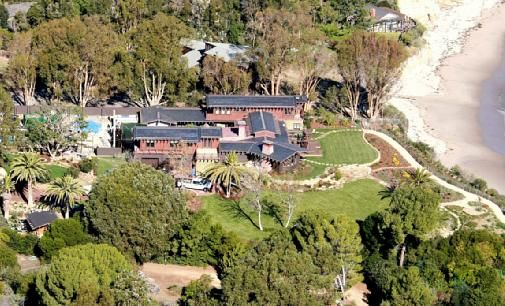 """This gigantic mansion is owned by actress Julia Roberts and it is situated in Malibu, California. The """"pretty woman"""" actress bought this house after earning millions of dollars from different Hollywood movies which she has starred in. The mansion includes a private beach, a gigantic pool and of course a nice sea view."""