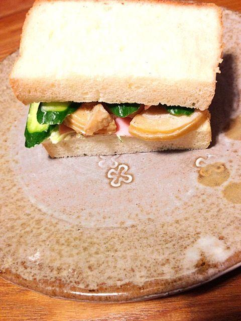 筍の土佐煮をリメイク。 ほんのり甘さと、マヨネーズがマッチして劇うま。はまってます。 - 11件のもぐもぐ - 筍とハムサンドイッチ by sakutae